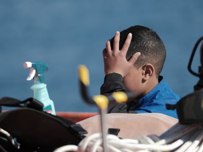 Uno de los menores rescatados de una patera en la que viajaban 99 personas, en el muelle de Arguineguín (Gran Canaria) el pasado 20 de enero.