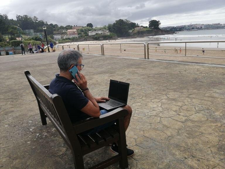Javier Fraile (Axicom) teletrabaja desde su segunda residencia en Liáns (A Coruña).
