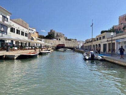 El puerto de Ciudadela. A la izquierda, la terraza del Café Balear. J.C. CAPEL