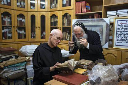 El padre Columba Stewart con Shimon Çan, bibliotecario y amanuense del monasterio sirio ortodoxo de San Marcos en Jerusalén.