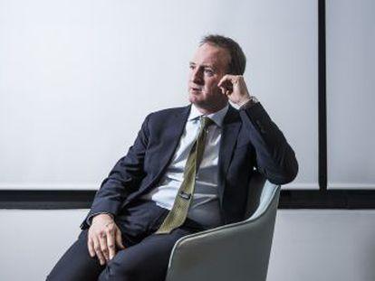 El periodista británico exdirector de BBC News reflexiona sobre un universo mediático que combate crecientes torbellinos de mentiras
