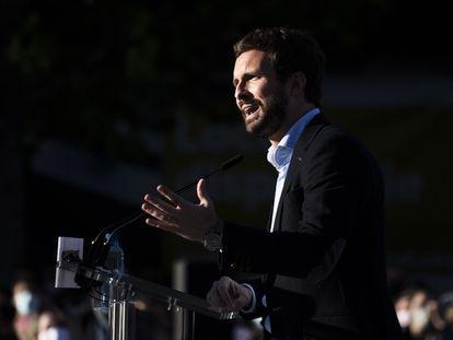 El presidente del PP, Pablo Casado, en el acto de pegada de carteles en la campaña de las elecciones madrileñas, el pasado sábado.