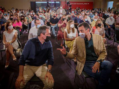 El presidente Pedro Sánchez, a la derecha, habla con el candidato socialista a la Junta de Andalucía y alcalde de Sevilla, Juan Espadas, en el acto de este sábado.