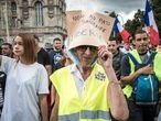 Paris (France), 31/07/2021.- A protester wearing a a yellow vest and a hat reading 'No to the Health Pass' during a demonstration against the COVID-19 health pass which grants vaccinated individuals greater ease of access to venues in France, in Paris, France, 31 July 2021. Anti-vaxxers, joined by the anti-government 'yellow vest' movement, are demonstrating across France for the third consecutive week in objection to the health pass, which passed by the French parliament as a proof of vaccination against Covid-19, a recent negative Covid test, recent recovery from Covid is now mandatory for people to visit leisure and cultural venues. (Protestas, Francia) EFE/EPA/CHRISTOPHE PETIT TESSON