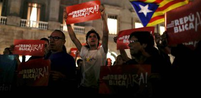 Manifestantes con pancartas y esteladas en una manifestación independentista el pasado octubre.