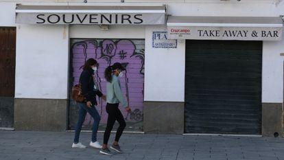 Tiendas cerradas en el centro de Sevilla, este jueves.