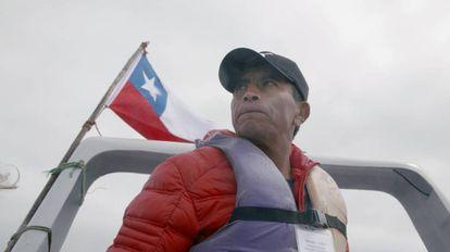 El pescador Salvador Vergara circunnavega la isla chilena de Choros.