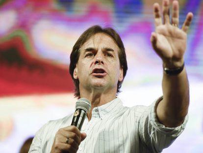 Luis Lacalle Pou habla el miércoles durante el cierre de campaña del Partido Nacional en Las Piedras, Uruguay.