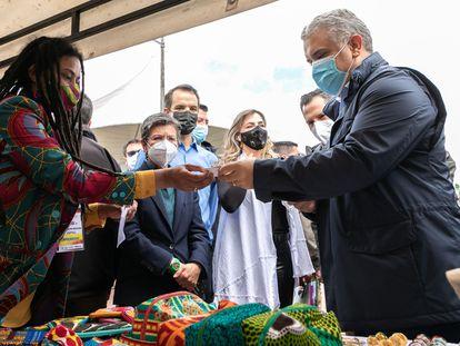 El presidente de Colombia, Iván Duque, junto a la alcaldesa de Bogotá, Claudia López, recorre la primera sede CEmprende 24 horas del país.