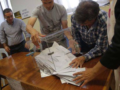 Recuento en un colegio electoral durante las elecciones de junio de 2016.