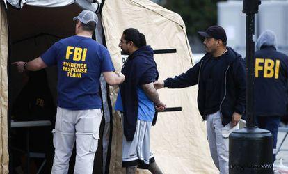 Un detenido en la operación contra la MS-13 el pasado miércoles en Los Ángeles.