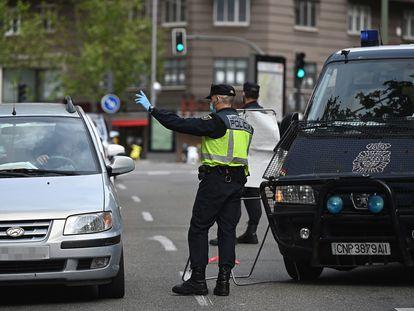 Control policial en una calle de Madrid, el pasado 28 de abril, durante el estado de alarma.