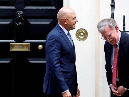 Sajid Javid y John Bolton, frente a Downing Street, en Londres, este martes. En vídeo: declaraciones del primer ministro británico, Boris Johnson.