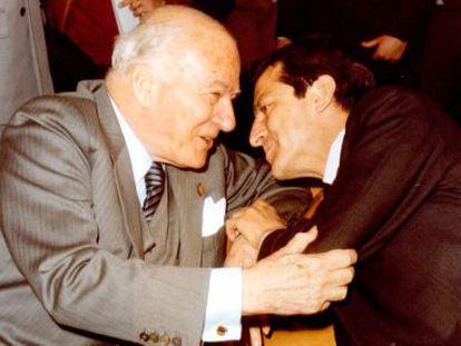 El presidente de la Generalitat de Cataluña Josep Tarradellas, recibido en la Moncloa por el entonces presidente del Gobierno Adolfo Suárez, en 1978.