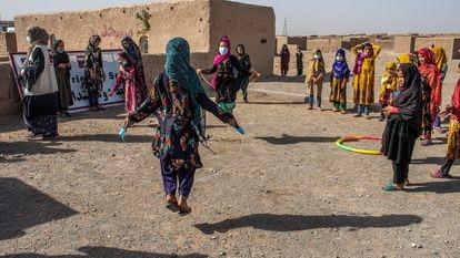 Un grupo de niños juegan en un Espacio Amigo de la Infancia, en un asentamiento de desplazados internos en las afueras de Herat, Afganistán.
