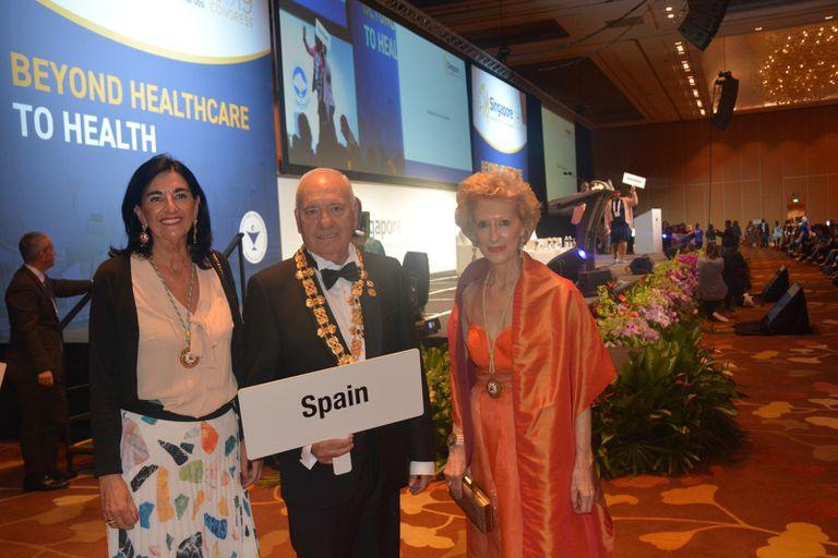 El presidente de la entidad, Florentino Pérez, junto a dos de sus vicepresidentas, en la inauguración de un congreso de enfermería en Singapur en 2019