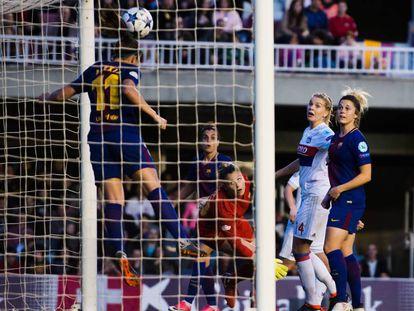 Alexia Putellas rechaza el balón en el polémico gol del Lyon.