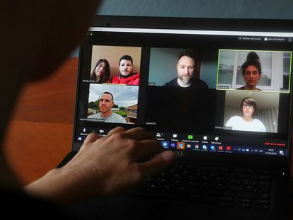 Arriba, Wendy Cedeño (33 años) y Mario Valledor (37), Luis Miguel Salvá (37) y Yara Blasco (36), Iván Fernández (37) y Noelia Lara (36). Todos hablan de los efectos que el coronavirus ha tenido en sus vidas