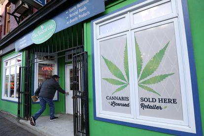 Un cliente entra en una tienda de productos de cannabis en la ciudad de St. John's, en 2019