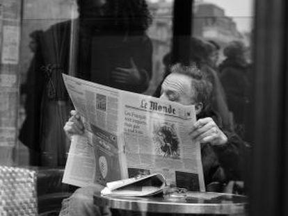 Un hombre lee 'Le Monde' en un café parisiense (2007).