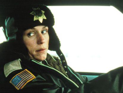 La actriz Frances McDormand interpretando a Marge Gunderson, la única policía que se atreve a ir a la escena del crimen a pesar de que hace un frío que pela.