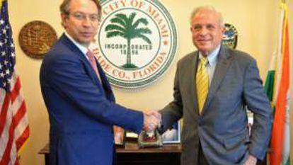 El presidente de EFE, José Antonio Vera y el alcalde de Miami, Tomás Regalado, se estrechan la mano este miércoles 26 de febrero 2014 tras la firma de un convenio de colaboración con el objetivo de incentivar las inversiones y fomentar la iniciativa empresarial en la ciudad y que tuvo lugar en el Ayuntamiento de Miami, Florida.