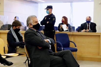 El extesorero del PP Luis Bárcenas, sentado en el banquillo de los acusados, este lunes.