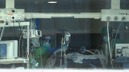 Trabajadores sanitarios, en el área de la UCI del hospital madrileño de La Paz el pasado 22 de septiembre.