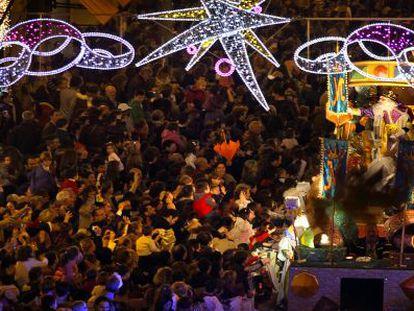Una multitud siguió la cabalgata de Reyes de Valencia en 2012.