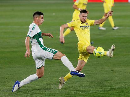 Moi Gómez y Diego González pugnan por un balón en el partido del Martínez Valero.