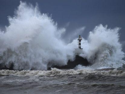 El fuerte oleaje rompe contra el espigón del puerto de San Esteban de Pravia (Asturias).