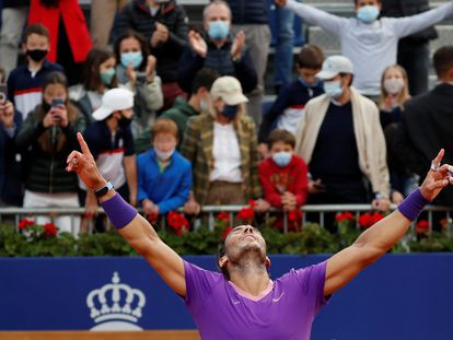 Rafael Nadal celebra la victoria ante el griego Stéfanos Tsitsipás, al final del partido.
