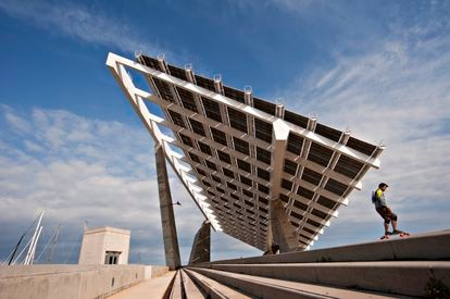 Pérgola fotovoltaica en el Forum de Barcelona.
