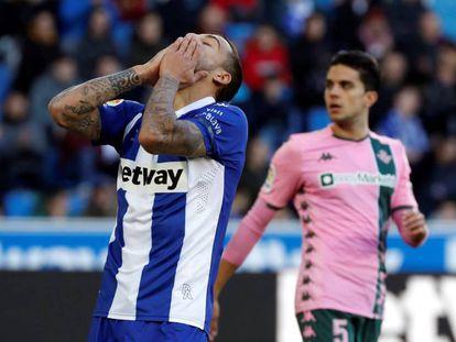 Joselu se lamenta tras una ocasión fallida ante el Betis