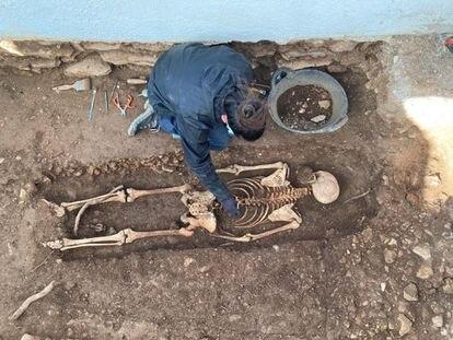 Los restos óseos del maqui El Rubio en la fosa de Tortosa.