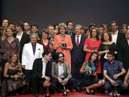 Foto de familia de los galardonados en la gala de los Premios Iris 2011.