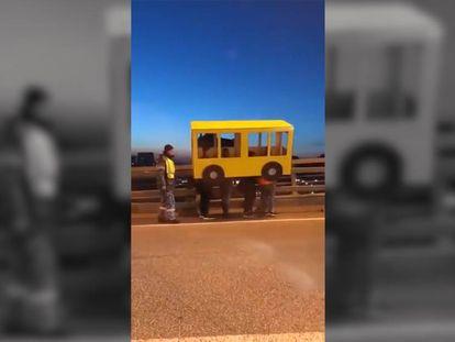 Cuatro personas disfrazadas de autobús en un puente de Rusia