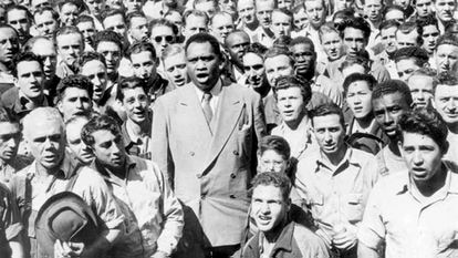 Paul Robeson, surrounded by shipyard workers in Oakland, California, performs the US anthem in 1942.