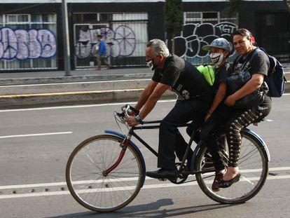 Una familia se transporta en bicicleta en el centro de Ciudad de México. En el video, el difícil avance de las bicicletas por las calles de la ciudad.