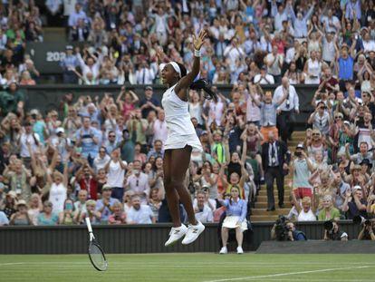 Gauff celebra la victoria contra Hercog en La Catedral de Wimbledon.