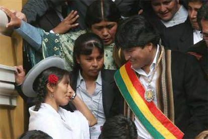 Morales saluda a los aimaras, tras su salida del Congreso, en donde ha jurado cargo como presidente.