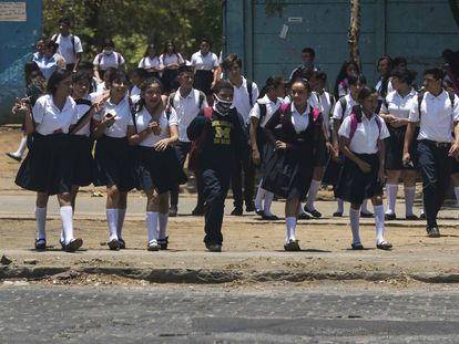 Un grupo de estudiantes sale de su colegio el 20 de abril de 2020 en Managua, Nicaragua. Las clases en las escuelas públicas, así como en las universidades estatales, se reanudaron después de las largas vacaciones de Semana Santa, y en medio de la pandemia del coronavirus.
