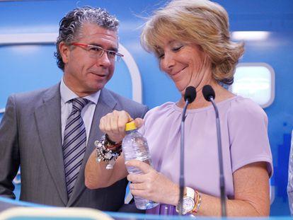 Esperanza Aguirre junto a Francisco Granados durante una rueda de prensa en 2011. Samuel Sánchez