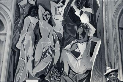 Picasso ante un tapiz de 'Las señoritas de Aviñón', en La Californie (Cannes) en 1966. © Roberto Otero. Museo Picasso Málaga