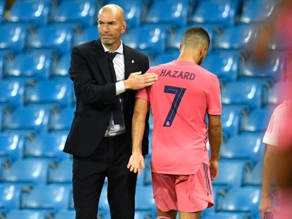 Zidane da una palmada a Hazard durante el partido que el Madrid perdió ante el Manchester City