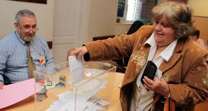 Una mujer vota en la Embajada en Montevideo en las generales de 2011.