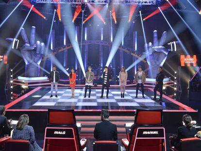 El equipo de Pablo López, con la banda al fondo, en la última gala de 'La Voz'.