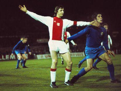 Johan Cruyff, marcado por el madridista Goyo Benito, en la ida de la semifinal de la Copa de Europa en Ámsterdam en 1973.