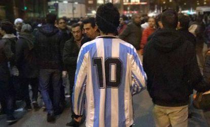 La 10 de Argentina entre los hinchas napolitanos en el Bernabéu.