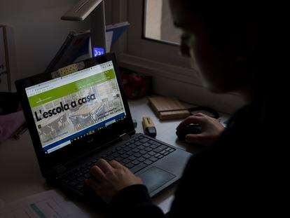Una estudiante de ESO consulta las tareas de su escuela en el ordenador.